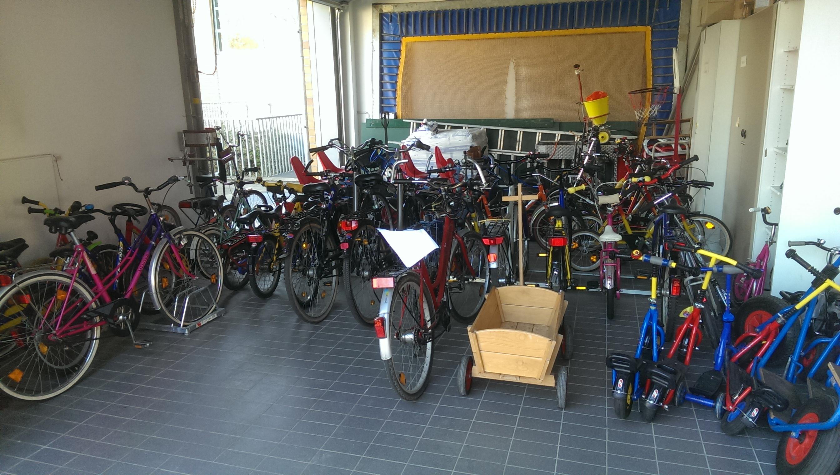 Garage mit Fahrrädern, Rollern und Kettcars