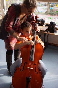 Schüler-spielt-Cello_komp