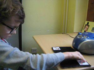 Schüler übt eine Tätigkeit zu beenden oder nochmal zu machen